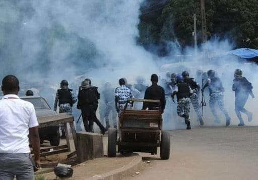 Des éléments des forces de l'ordre empêchant des citoyens de converger vers l'aéroport FHB avec du gaz lacrymogène
