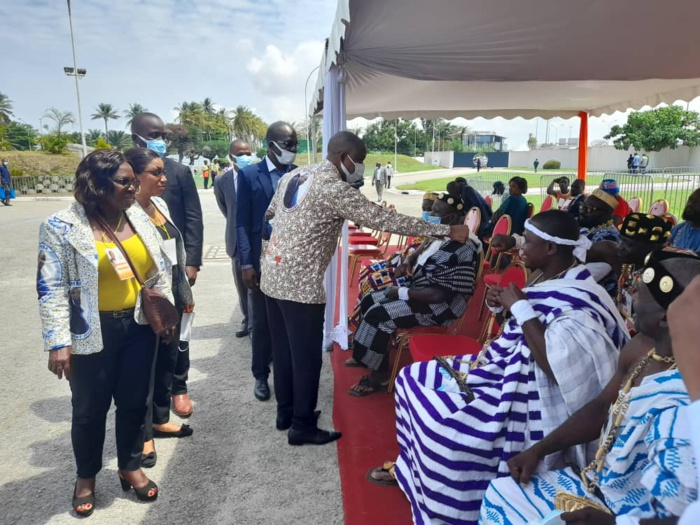 Justin Katina Koné saluant les têtes couronnées sous les bâches