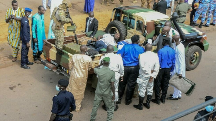 Des membres des forces de sécurité arrêtent l'un des suspects dans la tentative d'assassinat du colonel Goïta, le 20 juillet 2021. AFP - EMMANUEL DAOU