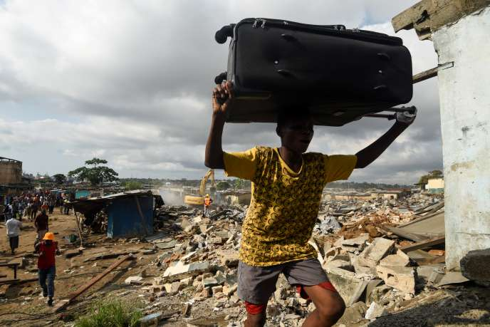 Un habitant de Boribana transporte ses affaires lors d'une opération de « déguerpissement », le 30 novembre 2019. SIA KAMBOU / AFP