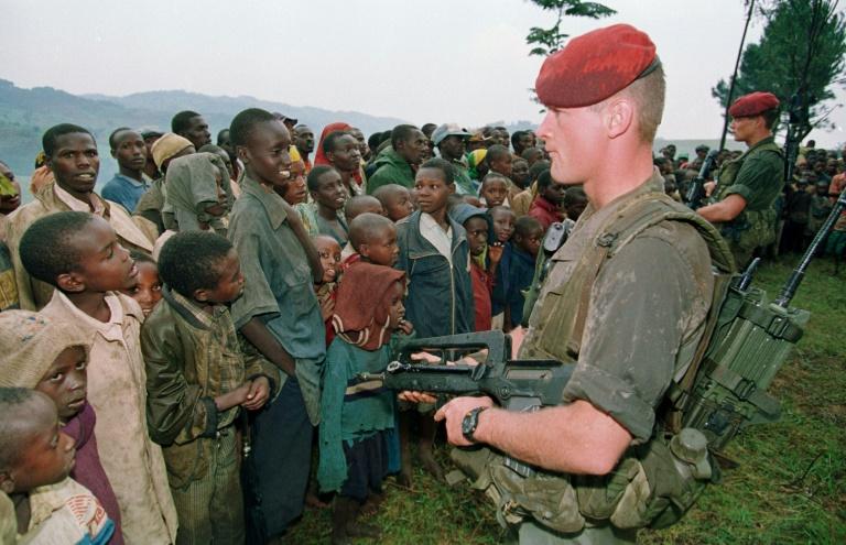 Des soldats français au camp de réfugiés tutsi, le 30 avril 1994 à Nyarushishi, au Rwanda. Pascal GUYOT / AFP
