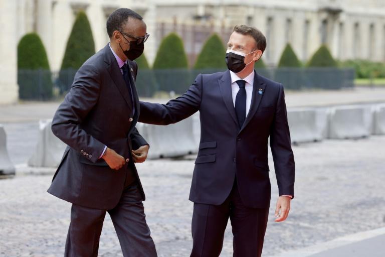 Les présidents français Emmanuel Macron (d) et rwandais Paul Kagame à Paris, le 17 mai 2021. Ludovic MARIN / AFP