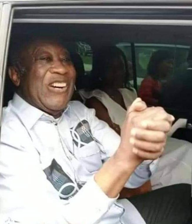 Laurent Gbagbo saluant la foule a son arrivée à l'aéroport FHB d'Abidjan