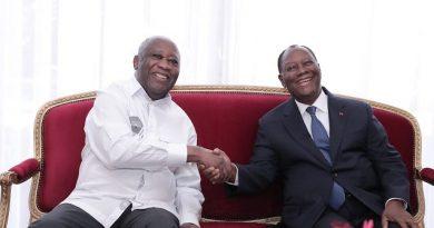 La poignée de main fraternelle et amicale entre Alassane et Gbagbo ce 27 juillet 2021